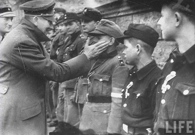 Hitler acaricia la mejilla de Hubner